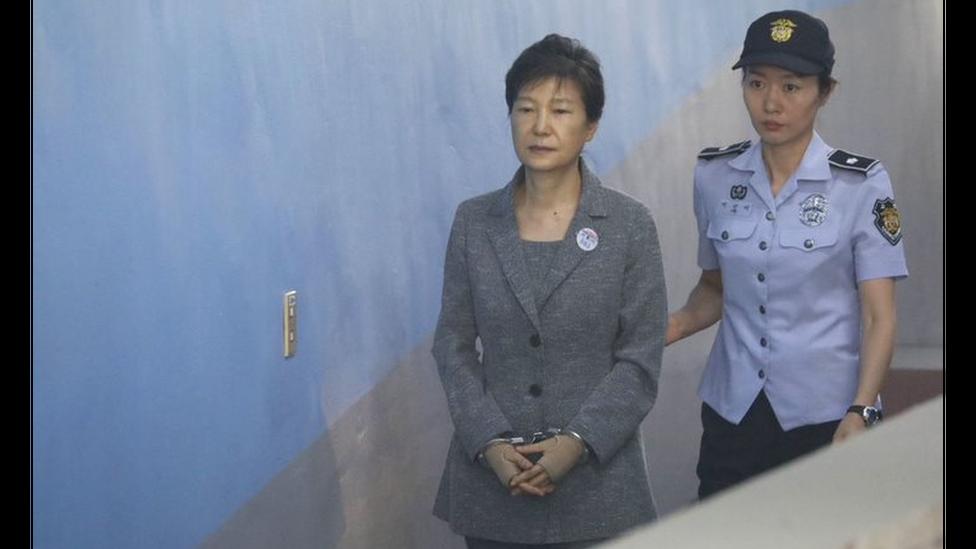 Park Geun-hye (izquierda) llega para una audiencia en un tribunal de Seúl en 2016.