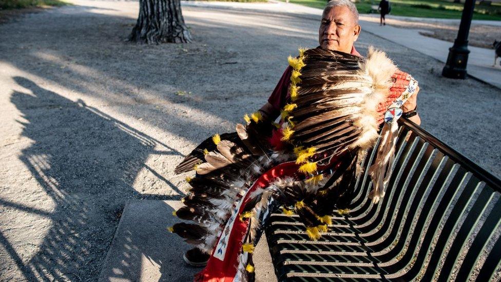 Nativo estadounidense con un sombrero de plumas.