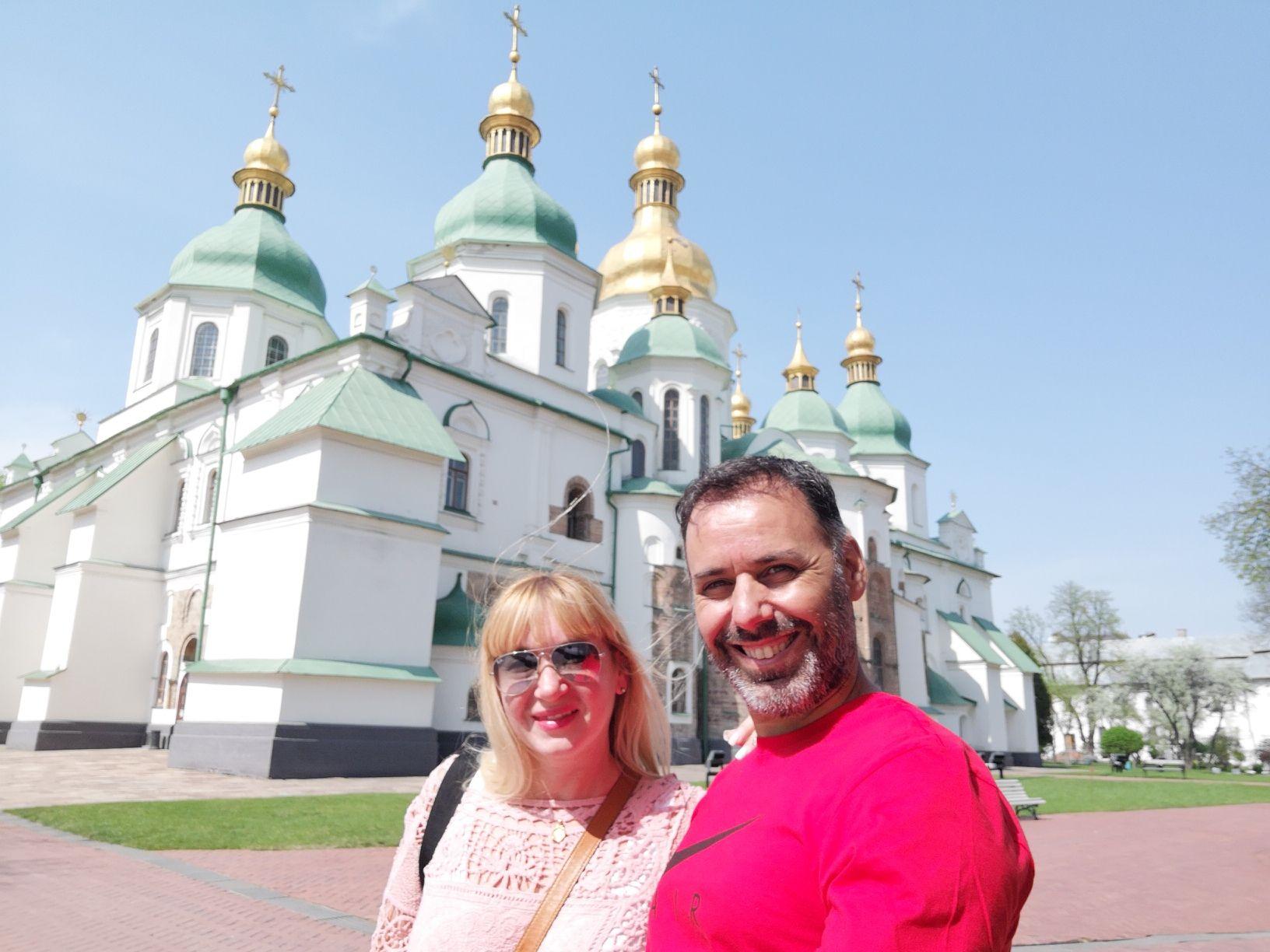 Flavia y José frente a una iglesia en Kiev.
