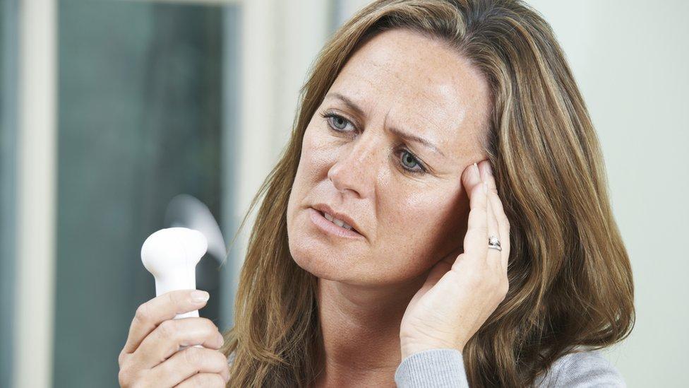 يعد الشعور بارتفاع درجة حرارة الجسم من الأعراض الشائعة لانقطاع الطمث