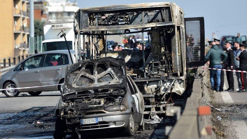 الحافلة المحترقة