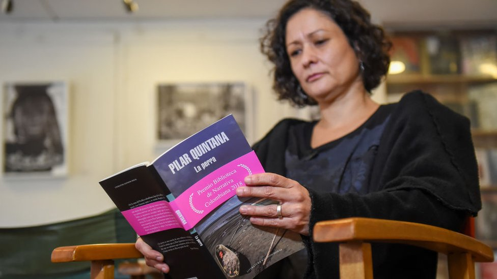 Pilar Quintana leyendo La Perra