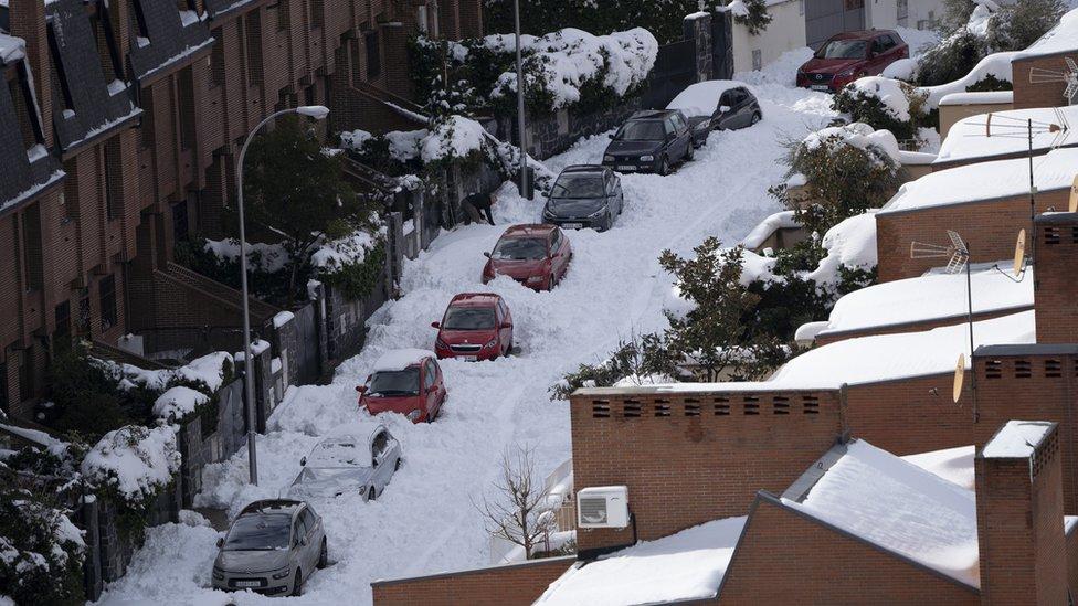 Автомобили засыпаны снегом после шторма Филомена в Мадриде, Испания