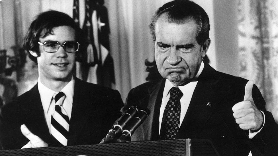Richard Nixon levanta el pulgar después de su renuncia como 37o presidente de los Estados Unidos.