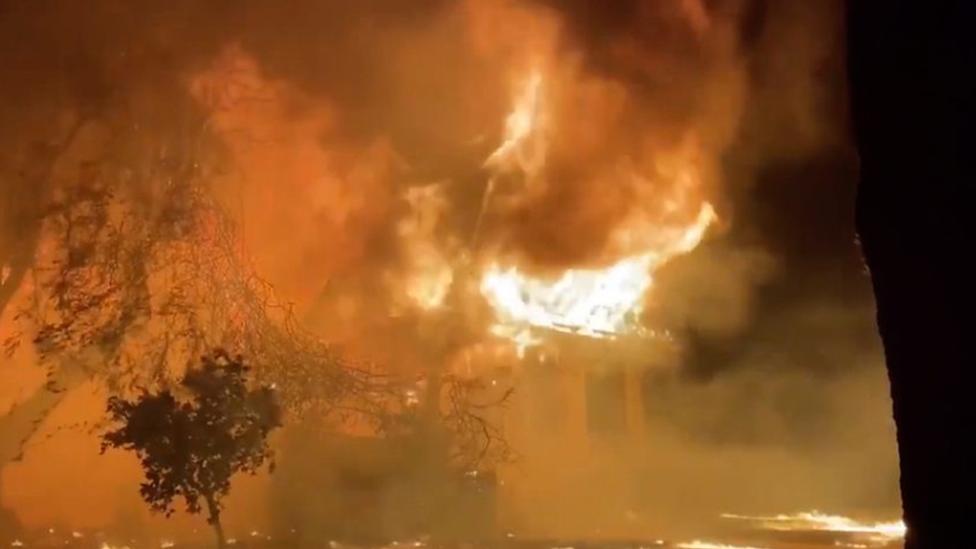 حريق غيتي في لوس أنجليس يأتي على أكثر من 600 فدان ونحو عشرة آلاف مبنى باتت في نطاق الإخلاء الإلزامي