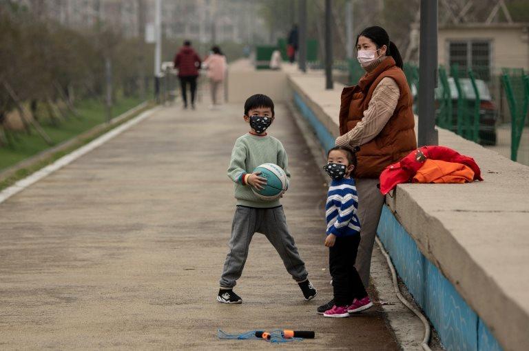 Çin'de koronavirüs salgını yüzünden maske takan insanlar