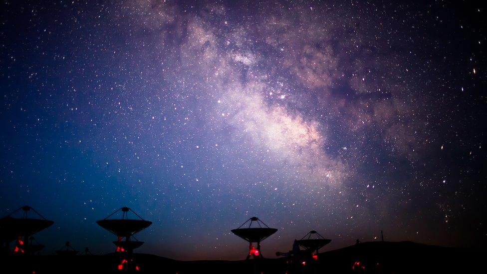 Antenas que apuntan al cielo estrellado.