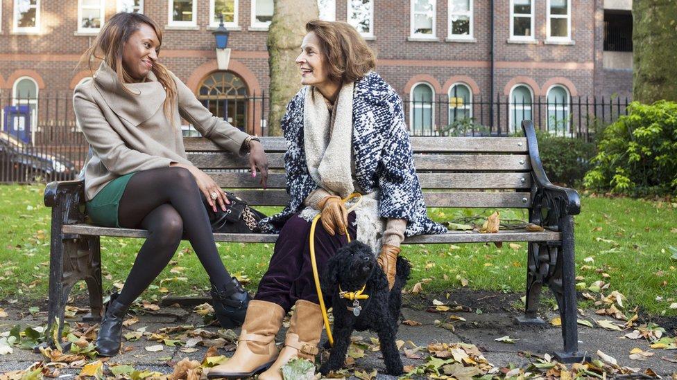 نساء تتحدثن في المتنزه