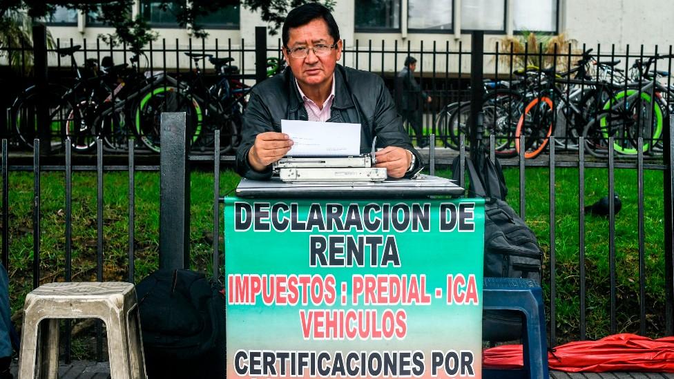 Un gestor en plena calle de Bogotá