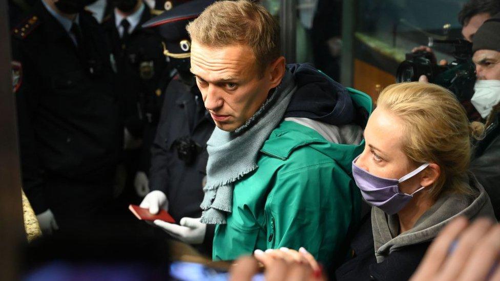 Навальный вернулся в Россию и был задержан; США укрепляют столицу к инаугурации. Главное 18 января