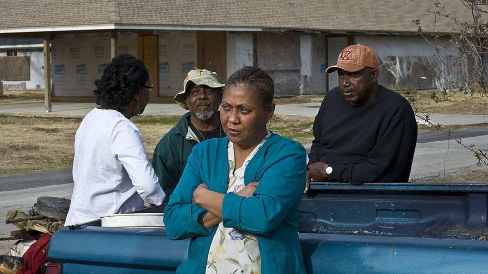 Varias personas en Texas, en un proyecto de viviendas sociales.