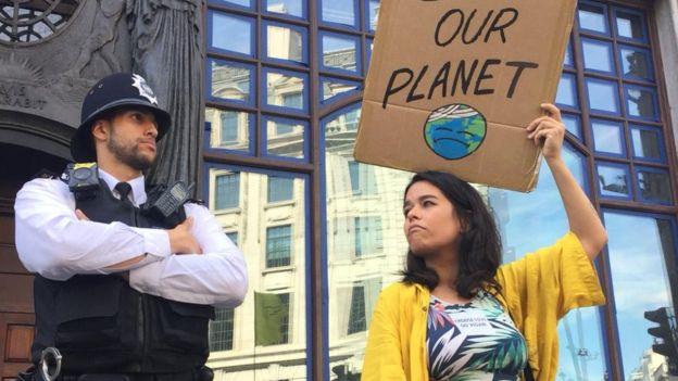 احتجاج أمام السفارة البرازيلية في لندن