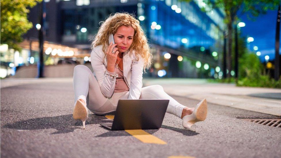 Mujer trabaja suelo