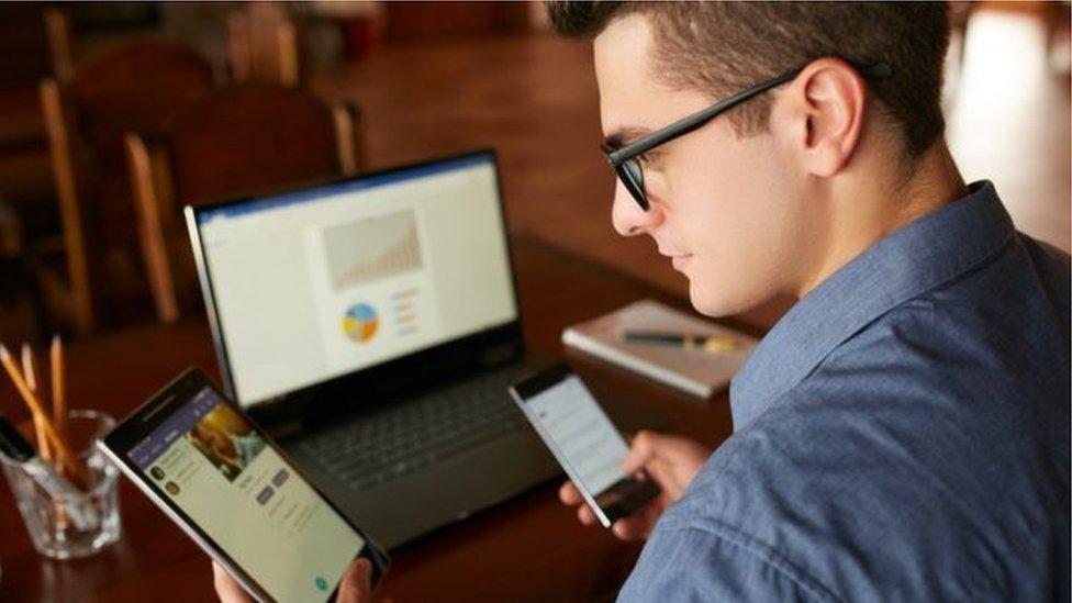 長時間使用電腦和手機等電子設備會危害身心健康