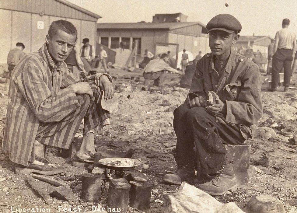 El hombre a la derecha de esta foto del campo de concentración Dachau se cree que es Jean Voste, nacido en Congo, quien fue el único prisionero negro en el campamento. Cortesía de Frank Manucci.