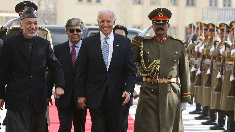 Biden en una visita por sorpresa a Afganistán como vicepresidente en 2011.