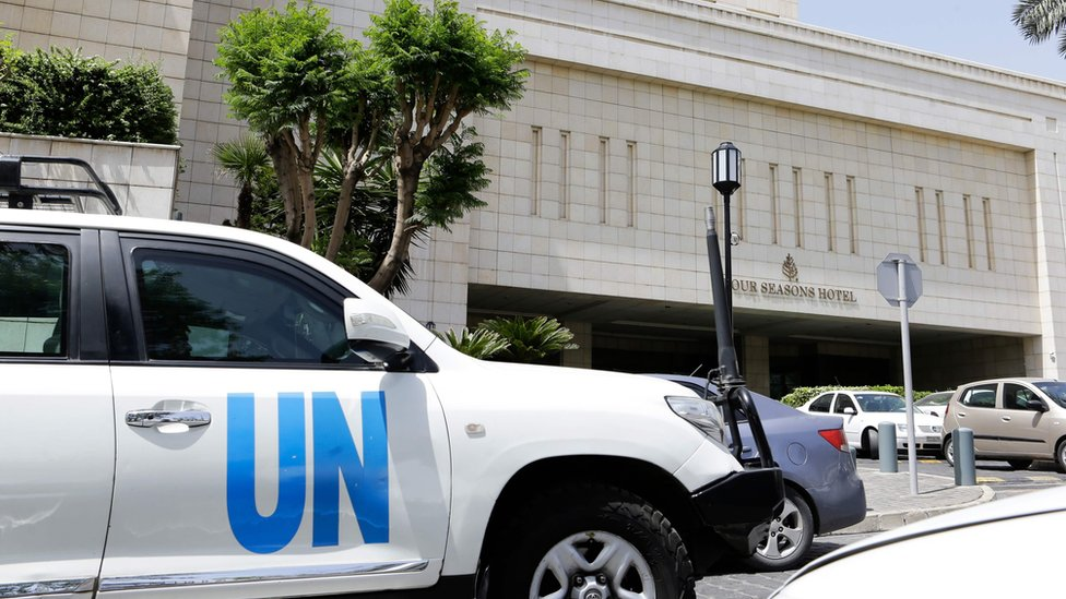 A United Nations vehicle is seen outside the hotel where experts from the Organisation for the Prohibition of Chemical Weapons (OPCW) are staying in Damascus (18 April 2018)