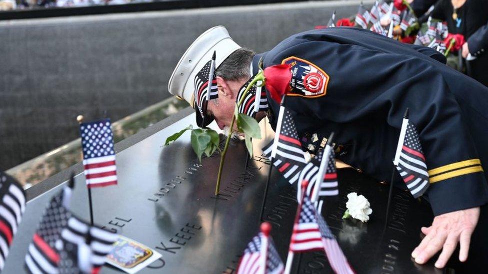 El paramédico retirado Charlie Wells besa el nombre de un pariente muerto en el ataque al World Trade Center.