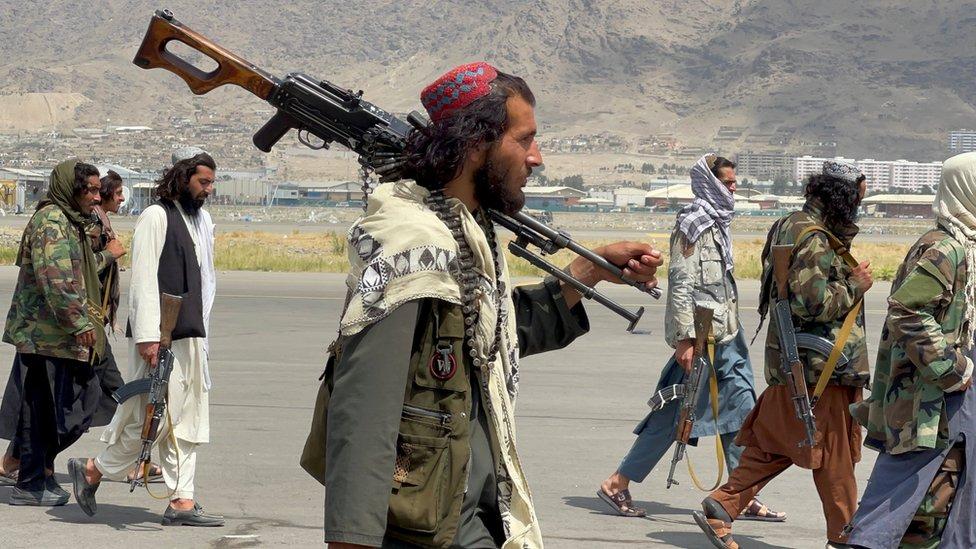 塔利班士兵抵達喀布爾機場。