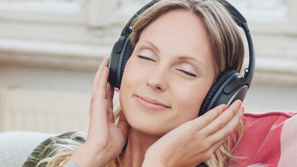 Žena sluša muziku