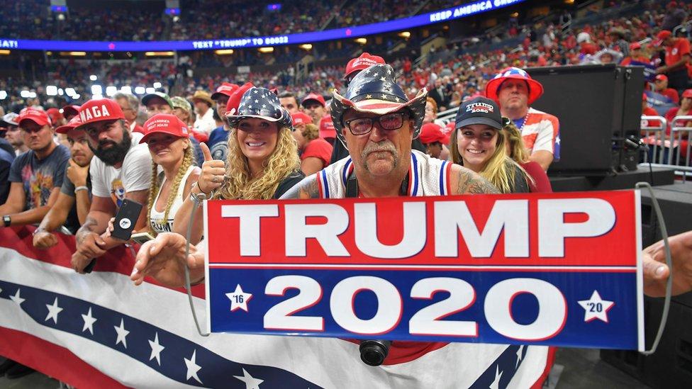 Trump 2020: Un hombre sostiene una pancarta a favor de Trump a la llegada al rally en Orlando, Florida.