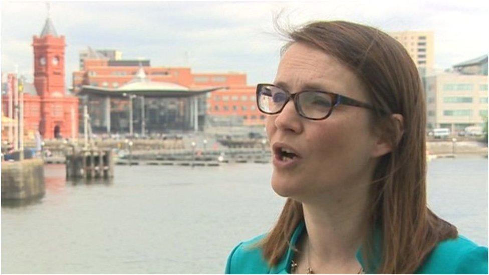 Mae Kirsty Williams wedi ymddiswyddo fel arweinydd Cymreig y Democratiaid Rhyddfrydol. Fydd yna rôl newydd iddi hi ym mae Caerdydd?
