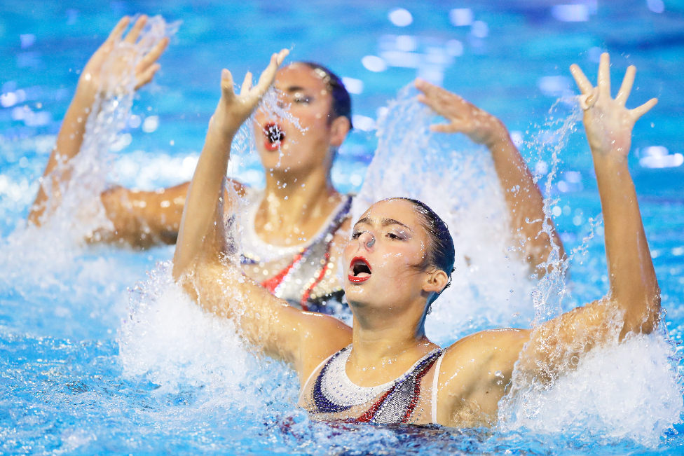 السباحتان المصريتان هنا هيكل وليلى محسن تشاركان في بطولة للسباحة الفنية في مدينة برشلونة الإسبانية.