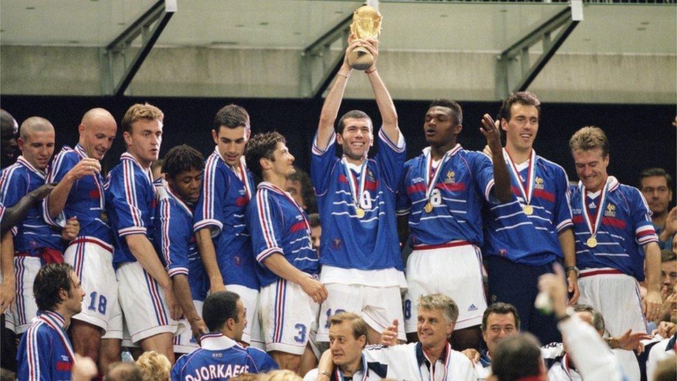 Zinedine Zidane levanta la copa en 1998.