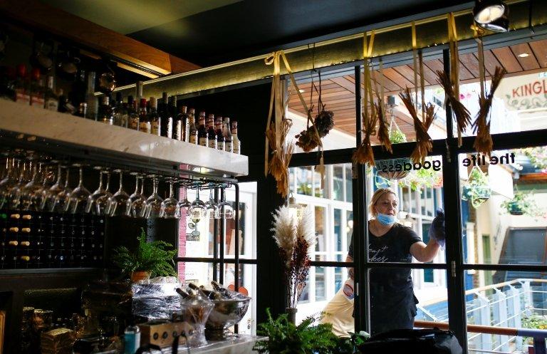 No Reino Unido, restaurantes poderão fechar para que escolas sejam abertas, segundo o governo