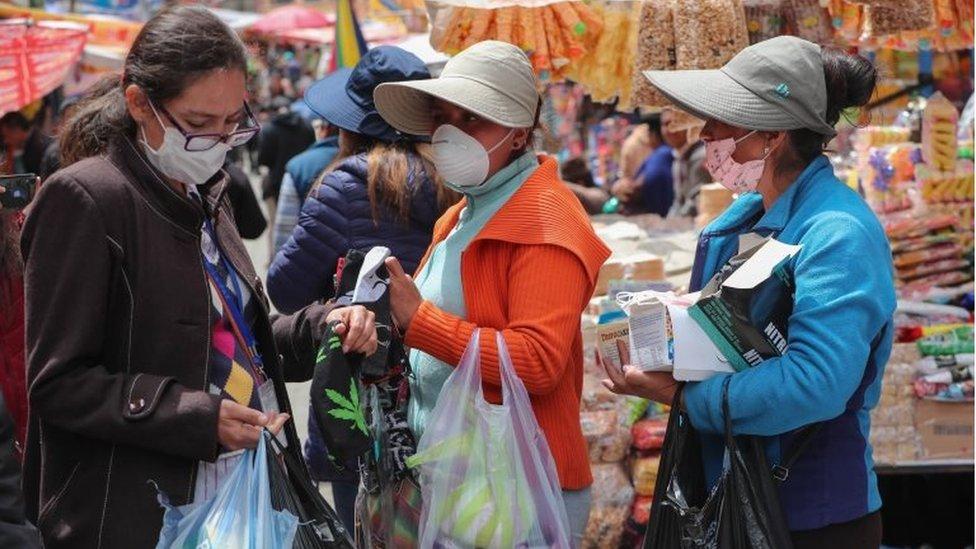 Personas con cubrebocas en Bolivia