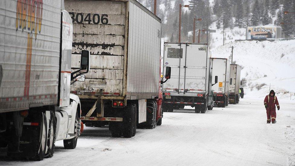 Camiones varados en la nieve en Denver, Estados Unidos.