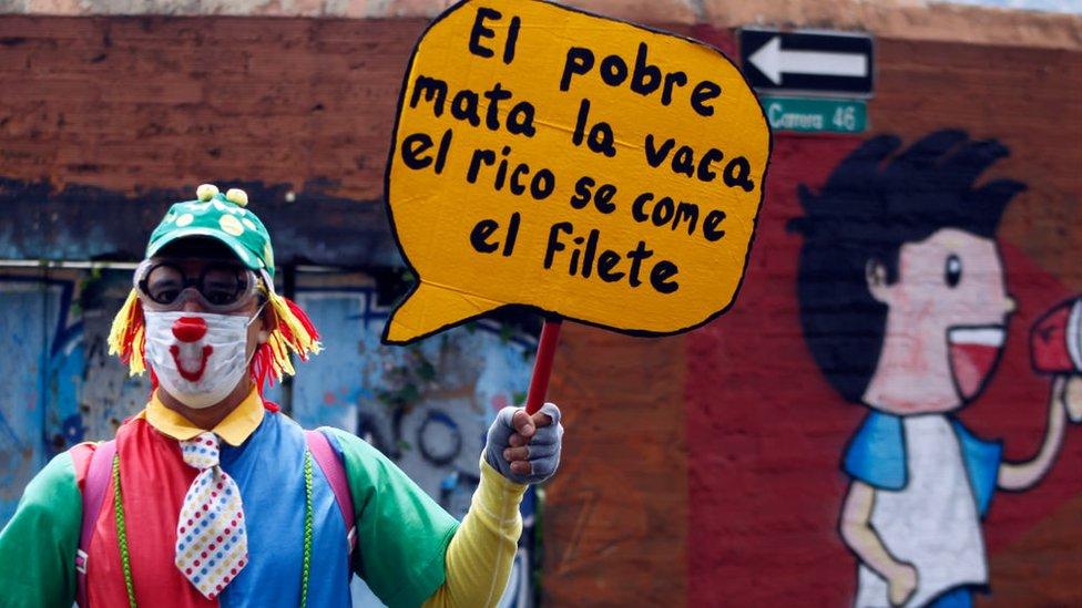 Un hombre con una pancarta