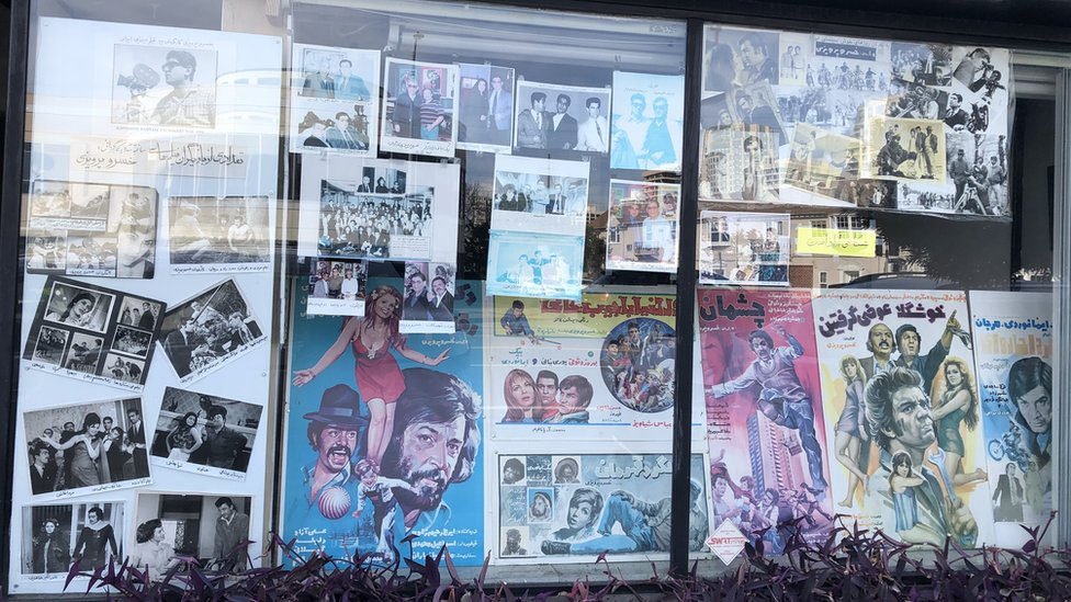 Una vitrina en Tehrángeles muestra afiches de películas de los años 50 y 60
