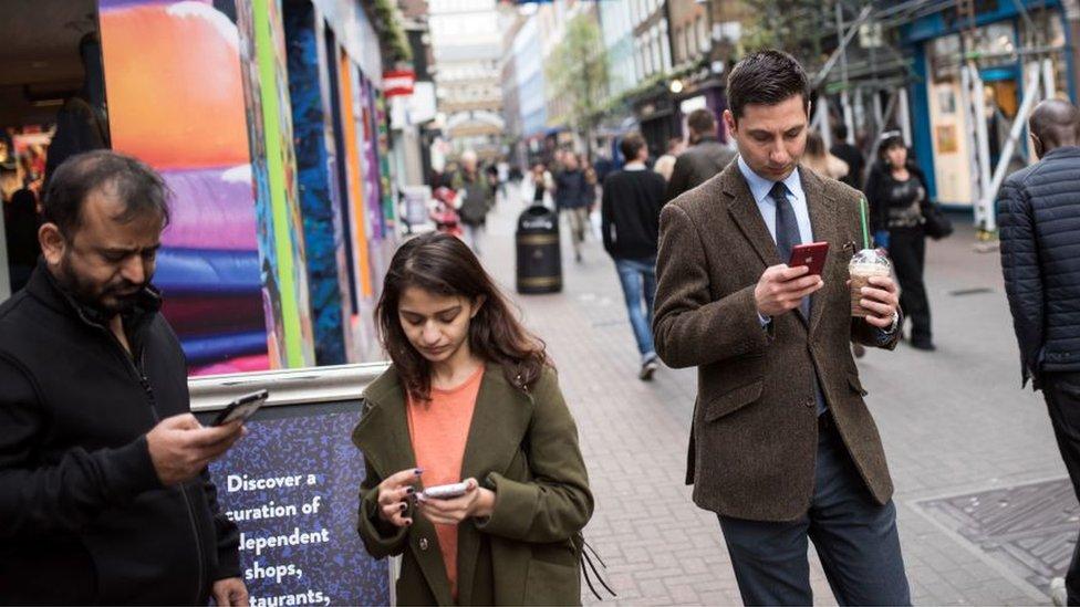 Gente con sus celulares