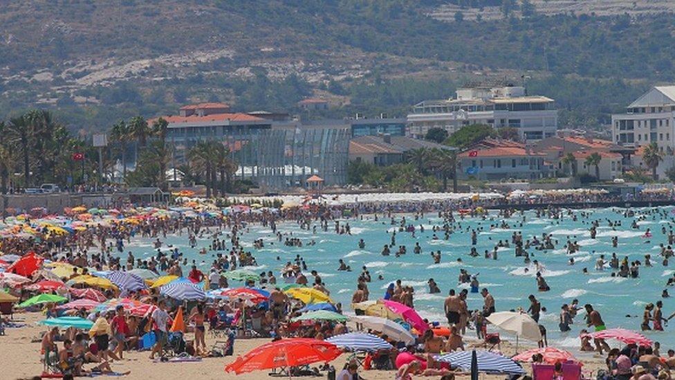 Tatil dönemlerinde kalabalığın arttığı Çeşme sahili, Ağustos 2019