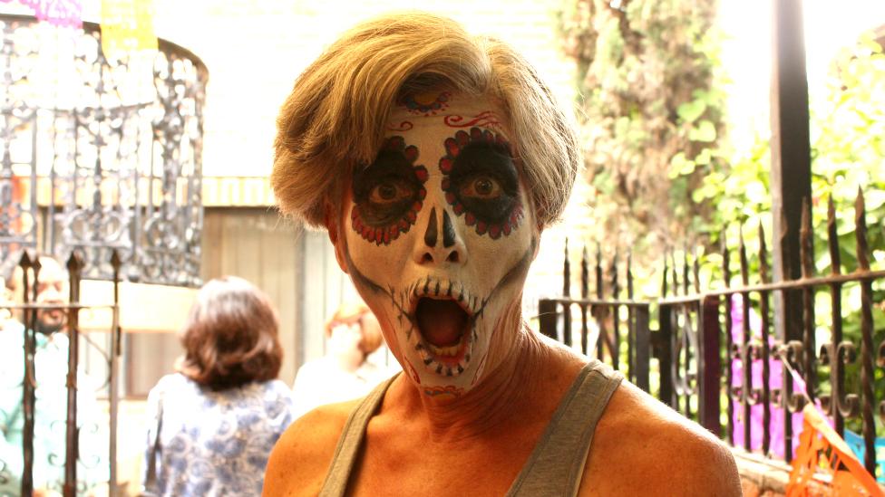 Una ciudadana estadounidense celebra el día de muertos en México.