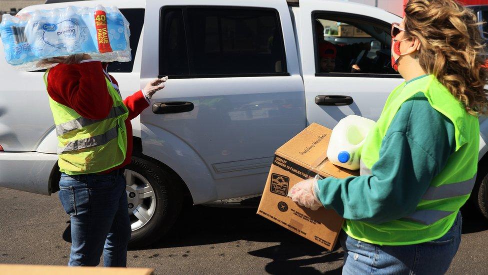 Acil durum ilan edilen bölgede yardım kuruluşları gıda ve içme suyu ulaştırmaya çalışıyor.