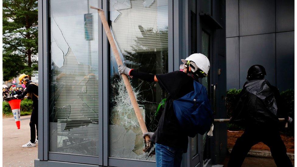 示威者破壞立法會大樓外的設施。