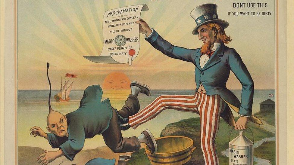 Caricatura que muestra una imagen del tío Sam expulsando a un inmigrante chino.