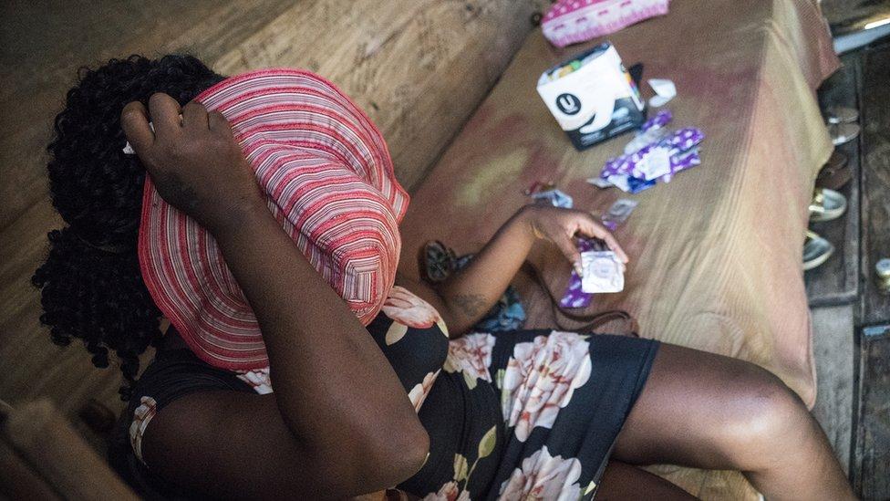 Una de las mujeres encontradas en las redadas a las minas de oro en la región de Mazaruni, Guyana