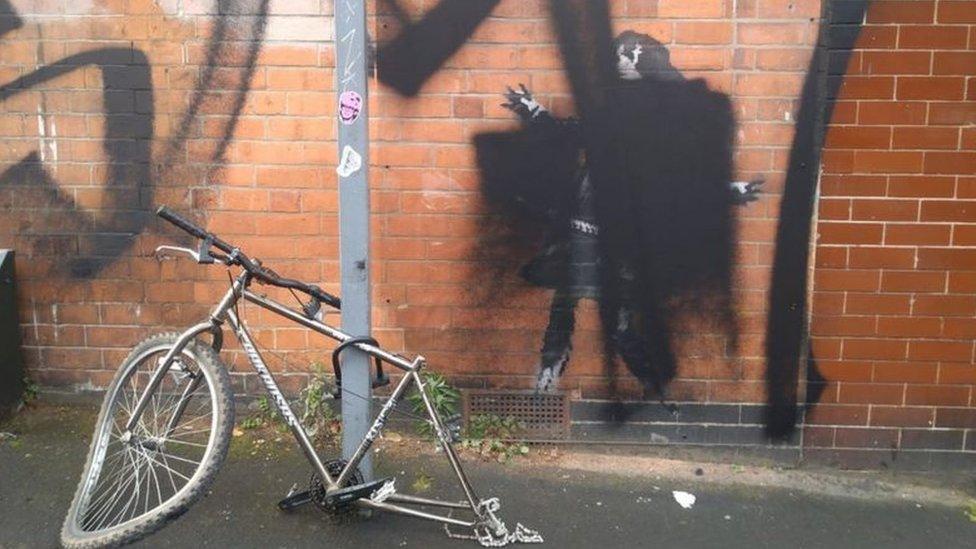 طلاء أسود على رسم بانكسي