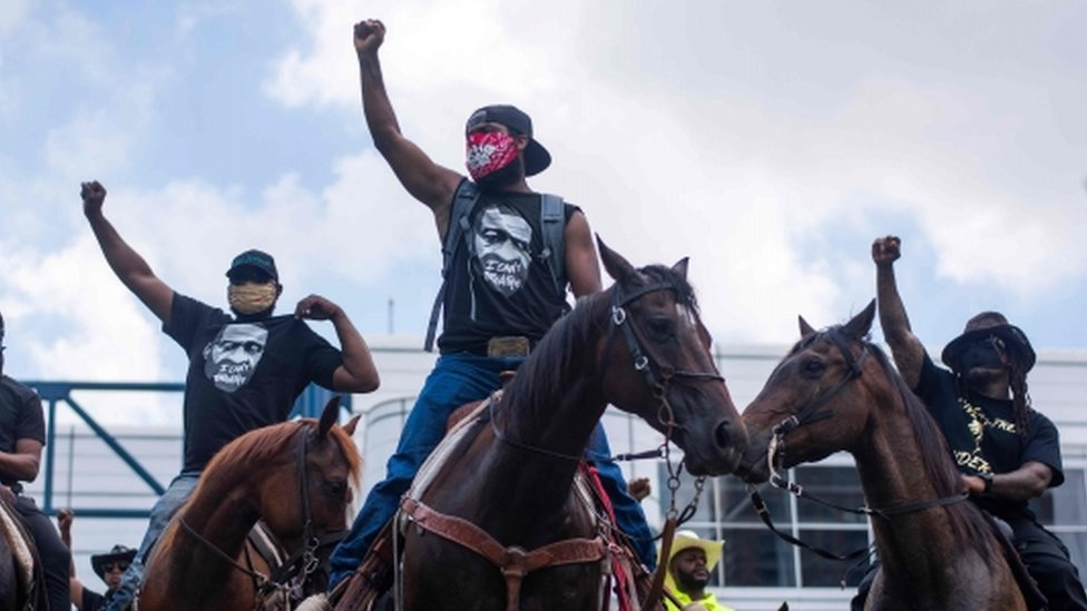 Manifestantes a caballo en Houston