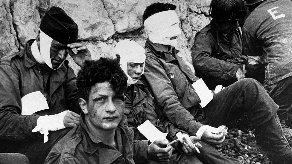 Soldados heridos en Normandía.