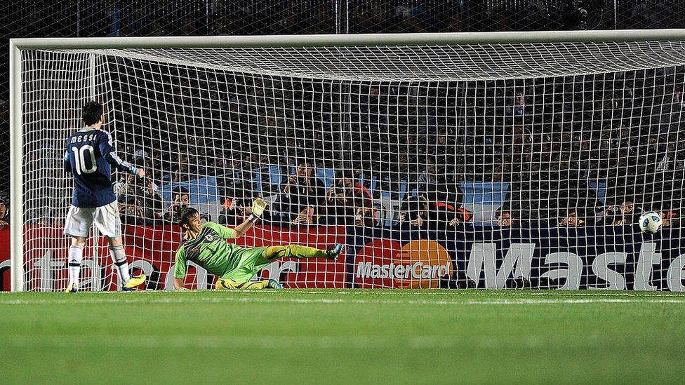 Lionel Messi marca frente a Uruguay.