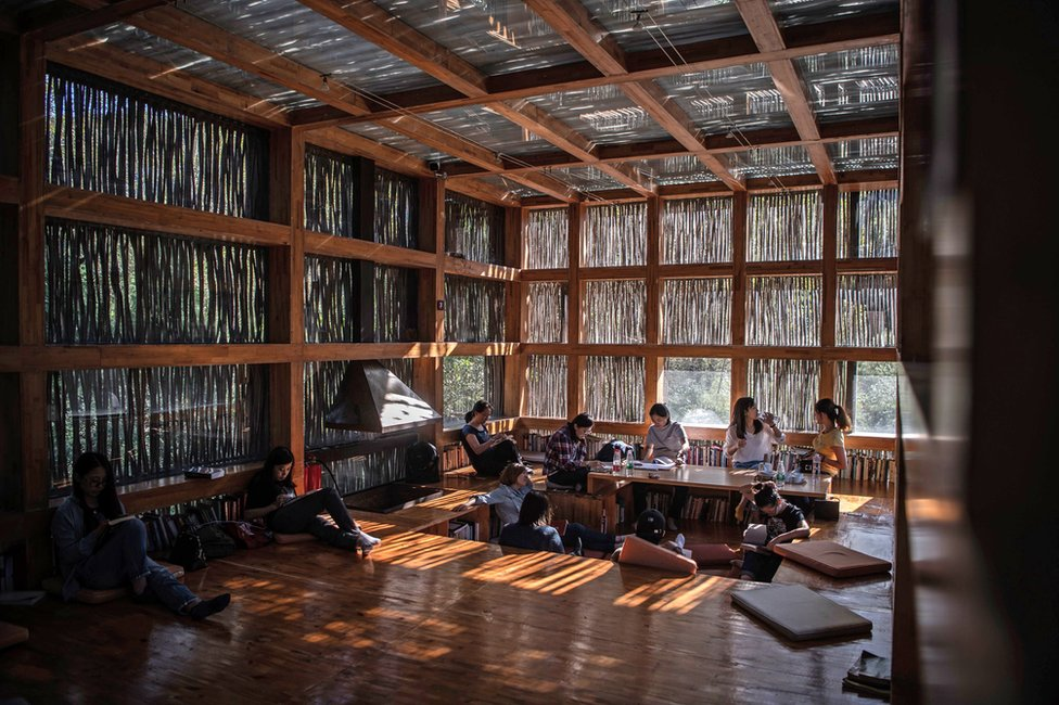 People reading inside Liyuan Library