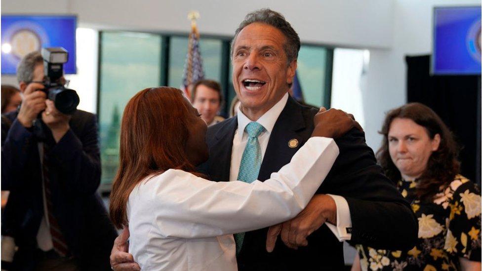 """حاكم نيويورك يحتضن مديرة مستشفى في حدث خاص برفع """"جميع"""" القيود تقريبا"""