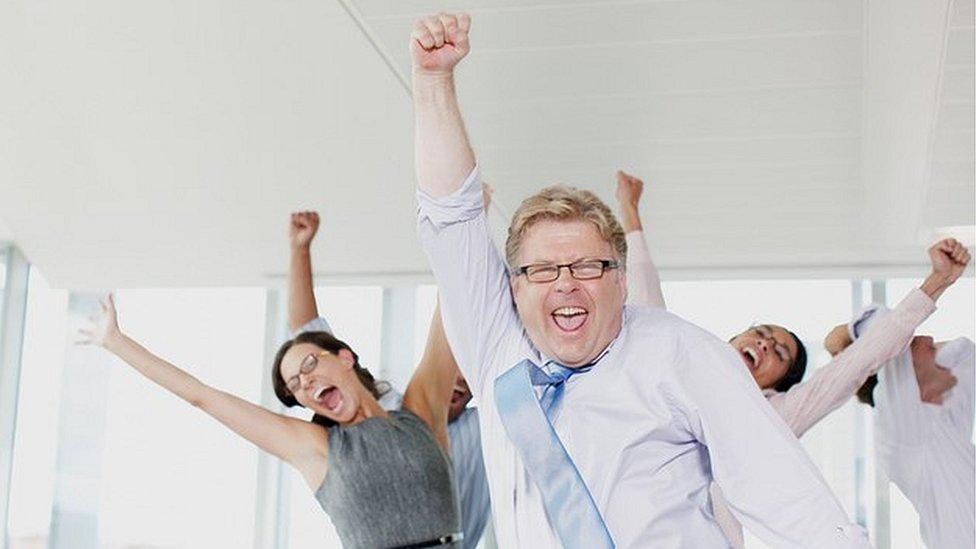 Tampoco se trata de cantar y saltar en la oficina, pero un estudio de 2014 señala que estar contento en la oficina puede llevarte a ser entre 7% y 12% más productivo.