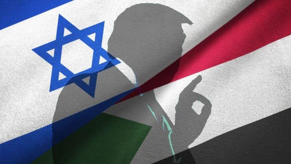 سيلويت للرئيس الأمريكي ترامب خلف مزيج من العلمين الإسرائيلي والسوداني