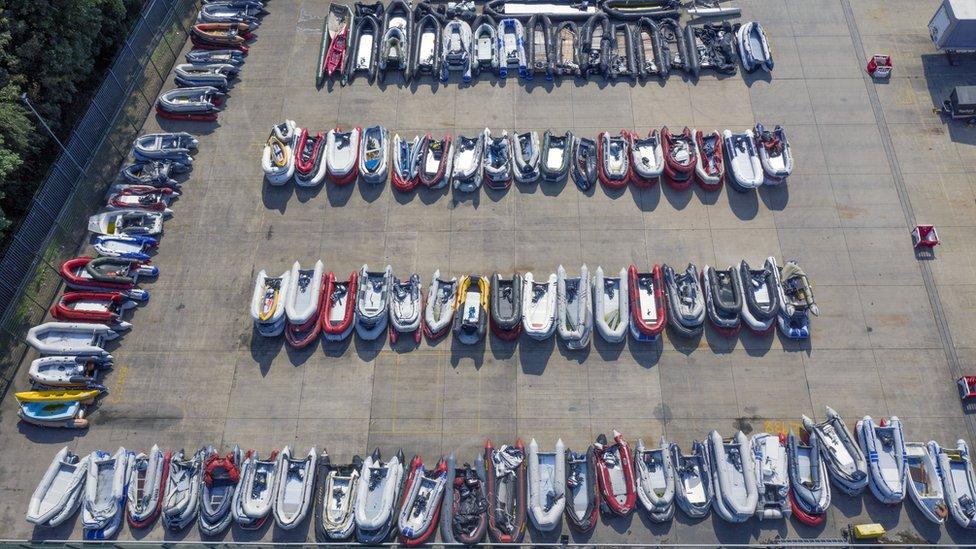 Botes utilizados por migrantes están almacenados en un almacén en Dover, Kent, después de ser interceptados.