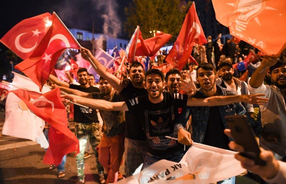 Erdoganove pristalice slave pobedu ispred sedišta vladajuće partije